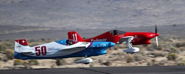 Deux avions de course en vol lors d'une épreuve de course aérienne.