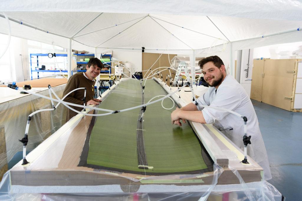 Fabrice und Florian lächeln nach erfolgreicher Harzinfusion